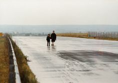 Landscape in the Mist (original title: Topio stin omihli) dir. by Theodoros Angelopoulos, 1988 / Cinematography by Giorgos Arvanitis Film Inspiration, Painting Inspiration, Landscape In The Mist, Empty Road, Best Popcorn, Framing Photography, Love Movie, Great Movies, Film Movie