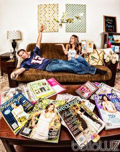 Con tarjeta de crédito (dándola y jalándola), la novia concentrada en planes, en lugar de revistas, bosquejos de la boda (listas, dibujos...).