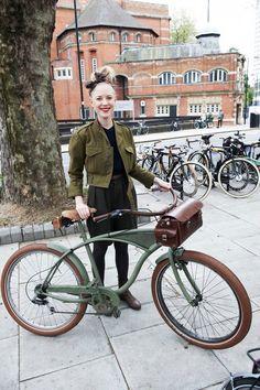 London Tweed Run on military bicycle Bici Retro, Velo Retro, Velo Vintage, Retro Bike, Vintage Bicycles, Bici Fixed, Tweed Ride, Cycle Chic, Bicycle Girl