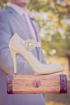 Love this shoe/wedding photo idea...but mostly the shoe :)