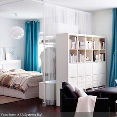 Große Zimmer lassen sich gut in Raumabschnitte unterteilen, damit der Platz optimal genutzt wird und genug Stauraum sowie eine wohnliche Struktur entstehen. Mit sichtdurchlässigen Vorhängen als Raumteiler wird eine unaufdringliche, fließende Abgrenzung vom Schlaf- zum Sitzbereich geschaffen.