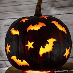 18 Kürbisschnitzideen für dieses Halloween Black Pumkin Carving Idea With Bats ★ Want to impress everyone with fascinating pumpkin carving ideas? Here you will find creative and easy designs, as well as unique diy ideas that will make this Halloween unfor Halloween Tags, Holidays Halloween, Halloween Pumpkins, Halloween Crafts, Halloween Pumpkin Designs, Halloween Stuff, Halloween 2019, Halloween Costumes, Pumpkin Carving Party