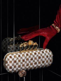 Золотой и красный цвет в аксессуарах и украшениях для новогоднего наряда   VOGUE   ЖУРНАЛ   Журнал   VOGUE