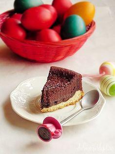 Mod de preparare Pasca cu ciocolata: Galbenusurile se mixeaza cu zaharul pana se albesc si devin ca o crema. Se adauga cacaoa si amidonul si omogenizam. Punem apoi laptele, esenta de rom si smantana. Omogenizam. La sfarsit, inainte de a turna compozitia in forma incorporam si ciocolata. Daca o sa… Romanian Desserts, Romanian Food, Easter Pie, Easter Party, Sweet Memories, Something Sweet, Panna Cotta, Caramel, Cheesecake