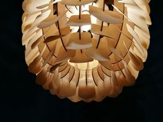 Absolut Außergewöhnliche Pendelleuchte, Die Mit Dem Arrangement Feiner  Plättchen Aus Flexiblem Holzfurnier Großen Eindruck Hinterlässt