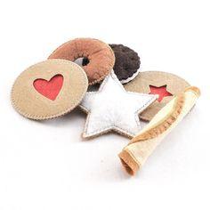 Assortiment de cinq biscuits avec une barrette au coeur rouge . #dansmabicoque #biscuits #cookies #feutrine #felt #barrette #hairclip #dinette #child #children #kids #enfant #enfants #inselly