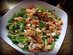 Nudelsalat italienische Art mit Honig-Senf-Dressing  500 g Farfalle oder Fussili Nudeln 2 Stück kleine Zucchini oder eine große 80 g Pinienkerne 1 glas Getrocknete Tomaten in Öl 80 g Parmesan am Stück 70 g Rucola Olivenöl für das Dressing: 5 EL aufgefangenes Öl der getrockneten Tomaten 4 EL Balsamico 4 TL Dijon Senf 4 TL Honig getrocknete Salatkräuter Salz, Pfeffer
