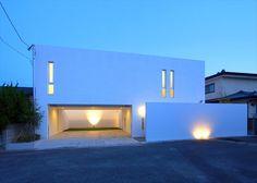 この写真「外観夕景」はfeve casa の参加建築家「中島健アトリエ一級建築士事務所/中島健アトリエ一級建築士事務所」が設計した「コートハウス」写真です。「モダン」に関連する写真です。「シンプルモダンな家 」カテゴリーに投稿されています。
