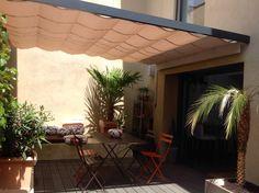 vélum sur mesure, tendu entre 2 façades, pour apporter un ombrage agréable et… Sun Sail Shade, Decoration, Sailing, Outdoor Decor, Solution, Info, Home Decor, Gardens, Courtyards