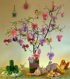décorations de Pâques accrochées à des branches