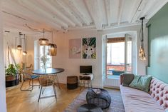 Un séjour coloré et lumineux dans cet appartement avec poutres apparentes