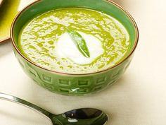 Soupe de pois cassés/  200 g de pois cassés - 2 carottes - 3 oignons - 1 gousse d'ail - 1 branche de céleri - 1 bouquet de persil - 1 feuille de laurier - 25 cl de lait ou de crème liquide