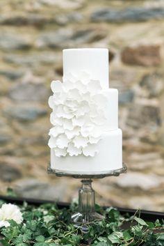 Bolo de casamento clean em branco - White wedding cake | Joy Michelle Photography