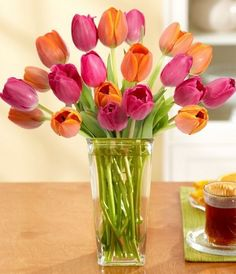 Jarrón de cristal con tulipanes