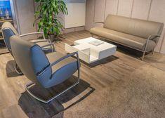 Adagio Bree's New World – Designer Couchgarnitur. Twilight Leder Light Grey vom brasilianischen Nabuk Rind.   Aktuell als reduziertes Ausstellungsmodell auf www.saar-kuechen.de Bree, Design Tisch, Rind, Floor Chair, Designer, Flooring, Table, Furniture, Home Decor
