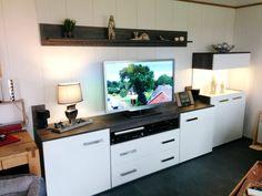 Fernsehwand selber bauen So war es zuerst geplant. Einfache Fernsehwand mit 3 Unterschränken, einem beleuchteten Seitenschrank, Schreibtisch und Regal. Alles aus beschichteter Spanplatte in braun und weiss, 19mm. Habe ich in Sketchup konstruiert, über Zuschnittplan beim Holzhändler zuschneiden lassen und in meiner kleinen Werkstatt gebaut.Alle Holzverbindungen sind gedübelt.   #Fernsehwandselberbauen