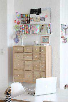 Skrivbord och smal förvaring på vägg