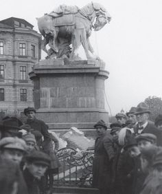 Marble equestrian statue of queen Maria Theresia being torn down by slovak nationalists in Pozsony/Pressburg. 1921 [[MORE]] On the occasion of the Millenium (the anniversary of the settlement of. Joan D Arc, Yesterday News, Equestrian Statue, Bratislava Slovakia, Tear Down, Historical Pictures, Statue Of Liberty, North America, The Past