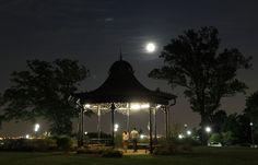 La notte della super Luna. Il nostro satellite è apparso 14 per cento più grande del normale per un fenomeno di illusione ottica determinato dalla minore distanza dalla Terra che raggiunge in questo periodo e dal particolare angolo di rifrazione che si è creato   E VOI COME L'AV
