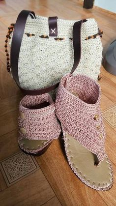 Renovar esos zapatos que son cómodos pero ya no están a la moda aún puedes sacarle partido pues a crochet te quedaría así ó con un...