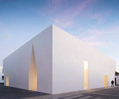 Gallery of Grândola Meeting Center / Aires Mateus - 4 Modern Architecture Design, Facade Design, Facade Architecture, Modern Buildings, Modern House Design, Amazing Architecture, Meeting Center, White Building, White Walls