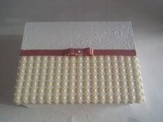 Linda caixa em MDF, pintada por dentro e por fora cor branca e decorada na tampa com pérolas rendadas, papel texturizado (papel relevo textura de rosas), laço chanel dourado. Pode ser usada para presentear a noiva, padrinhos de casamento, de batizado, ou avós, ser usada como lembrança, como caixa...