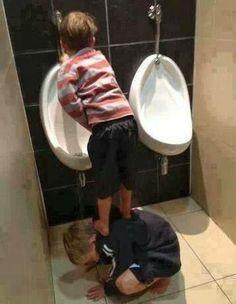 L' amicizia è quando un'amico ti aiuta nei momenti più difficili. hahahaahaha