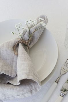 tablesetting by Elisabeth Heier soft linen napkin tie with string and gyp Table Setting Inspiration, Wedding Place Settings, Wedding Table Decorations, Tree Decorations, Napkin Folding, Linen Napkins, Linen Tablecloth, Wedding Napkins, Partys