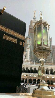 ☪ The Kaaba or Ka'aba is a cuboid building at the center of Islam's most sacred mosque, Al-Masjid al-Haram, in Mecca, Saudi Arabia. Islamic Images, Islamic Pictures, Islamic Art, Abu Dhabi, Medina Mosque, Mecca Wallpaper, Islamic Wallpaper, Masjid Al Haram, Mekkah