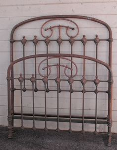 A nicely designed 3/4 Size frame from the mid 1800's with nice scrolled brass. #ironbeds #antiqueironbeds