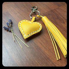 Leder Schlüsselanhänger gelb mit Herz und Quaste