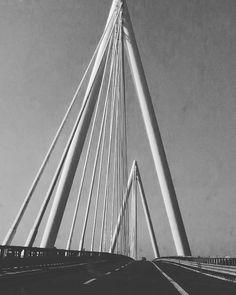 Lo vedi da lontano, grande, sembra lontanissimo. Quando lo attraversi ti senti così piccolo ... #onthehighway #architecturalengineering #modernarchitecture #visitveneto #thelonelysalmon #bridge #ontheroad #autostrada #valdastico #highway #pontestrallato #cablestayedbridge #fromthecar #instaveneto #loveveneto #loves_madeinitaly #igersveneto