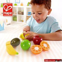 Frutta da tagliare  In legno colorato con colori ad acqua, 6 diversi frutti e un coltellino per tagliare facilmente e senza pericolo, grazie al velcro con cui sono attaccati le due metà, per promuovere i giochi di ruolo e il mangiar sano