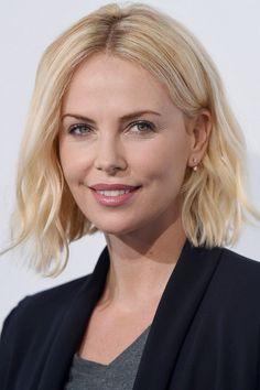 coupe au carré sur cheveux blonds et brushing ondulé - Charlize Theron More