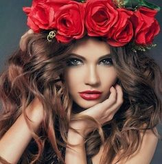 A girl with a flower crown on her head . Beauty And Fashion, Floral Headpiece, Foto Art, Shades Of Red, Flower Crown, Rose Crown, Flowers In Hair, Red Flowers, Green Eyes