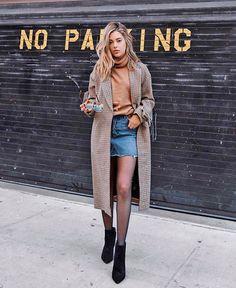 O look consegue ser chic e cool ao mesmo tempo com a peça em denim dando um twist ao comprimento alongado do casaco. it-girl - moletom-trench-coat-saia-jeans-bota - saia jeans - inverno - street style