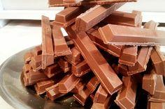 Kit Kat Caseiro: Uma receita econômica e prática para você degustar ou usar para decorar os seus bolos. Experimente! Veja Também: Kit Kat Colorido Veja Tam