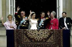 2004. Fra venstre ses Susan Elizabeth Donaldson, prins Henrik, det nygifte par kronprinsesse Mary og kronprins Frederik, dronning Margrethe og John Donaldson.