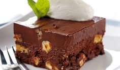 Recipes with Chocolate - Tia Maria fridge cake. This recipe is bake-free and with the addition of some Tia Maria! Rice Krispy Treats Recipe, Krispie Treats, Rice Krispies, Köstliche Desserts, Delicious Desserts, Sweet Recipes, Cake Recipes, Fridge Cake, Greek Sweets