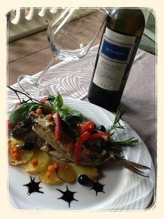 """La nostra ricetta del mercoledì: oggi """"pesce all'isolana"""", nello specifico orata con patate e pomodorini, un ottimo secondo piatto facile da preparare, leggero e nutriente! In abbinamento un buon vino bianco dei nostri vicini vigneti di Bolgheri. #hotelmarinetta #toscana #ricette #tuscany #toskana #recipes #pesce #fish #bolgheri #vino #wine"""