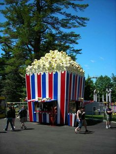The ultimate popcorn food truck! If we would ever have a food truck, this would have to be our inspiration! Unusual Buildings, Interesting Buildings, Amazing Buildings, Kiosk Design, Booth Design, Popcorn Stand, Popcorn Shop, Food Cart Design, Unusual Homes