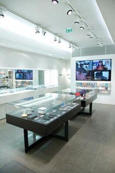 L'alliance de modernité et de nouveauté Colette est née en mars 1997, au 213 rue Saint-Honoré, Paris 1er, sous le signe du « styledesignsartfood ». Dans un espace de 700m2 clair et lumineux et son équipe de 50 vendeurs, Colette tente de ré-inventer, jour après jour, la notion de shopping