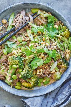 Nudler med krydret oksekød og peanuts Dinner Recipes, Dessert Recipes, Cooking Recipes, Healthy Recipes, Greens Recipe, Wok, Paella, Lunch Box, Yummy Food