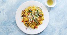Ein unkomplizierter, warmer Salat aus Couscous, Zucchetti und Feta. Der schmeckt auch kalt beim Grillplausch. Rigatoni, Frittata, Couscous, Feta, Valeur Nutritive, Risotto, Rice, Ethnic Recipes, Savoury Dishes
