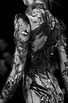 Catwalk photos and all the looks from Alexander McQueen Autumn/Winter Ready-To-Wear London Fashion Week Couture Mode, Style Couture, Couture Details, Fashion Details, Couture Fashion, Fashion Art, Runway Fashion, High Fashion, Fashion Beauty
