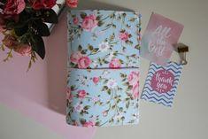 Traveler notebook floral - Fundo azul e rosas  #travelernotebook #TN #floral #organização #planner