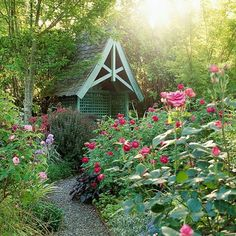 Charming gazebo in the middle of an English-style garden. Perfect relaxation spot.