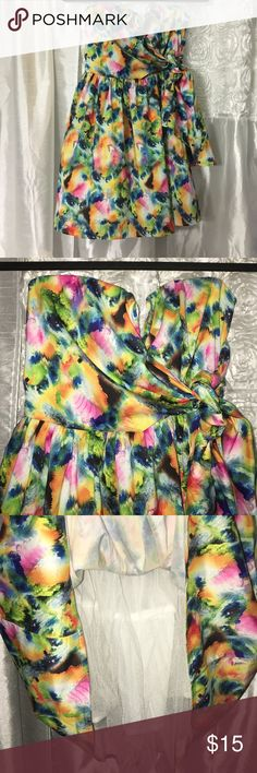 ✨Juniors strapless dress 👗 👗this is a beautiful multi color strapless dress. Fully lined w/ tulle at bottom over lining which adds slight fullness. Nice V  design & crossbody straps to tie on side into a bow/knot. Zips in the back & has hook & eye clasp on top. Has silicon trim which helps hold top in place. Love Culture Dresses Strapless
