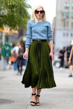 03-blue-sweater-green-skirt-street-style.jpg 790×1.186 píxeles