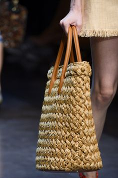 Dolce & gabbana Frühjahr 2013 ready-to-wear fashion show Dolce & Gabbana, Ethno Style, Lace Pumps, Boho Bags, Basket Bag, Crochet Handbags, Summer Bags, Spring Summer, Knitted Bags